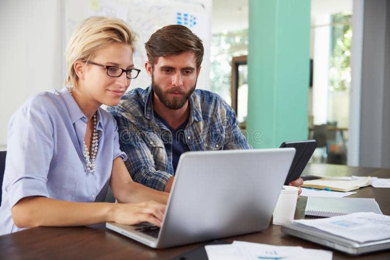 due persone di affari che lavorano insieme al computer portatile ufficio 59924279